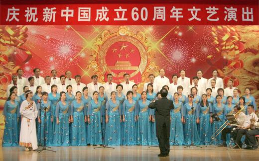 校合唱团表演的大合唱《天路》